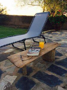 uma pequena mesa de café para usar como apoio na piscina